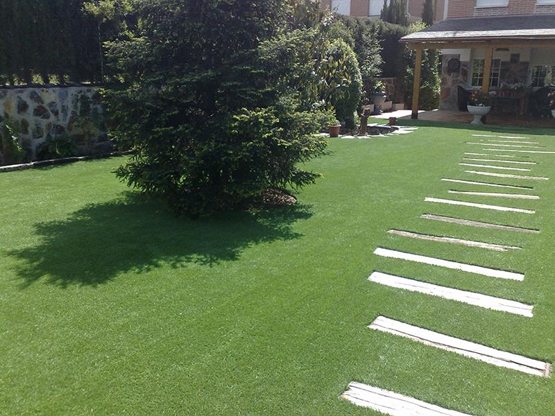 El jardín, después del tórrido verano - Césped Artificial - Matura